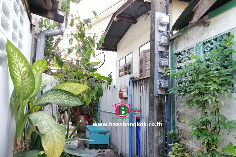 บ้านเดี่ยวครึ่งไม้ครึ่งปูนยกสูง 1 ชั้น หลังริม โครงการ ชุมชนบางบัว หมู่บ้านอาทิตย์ เนื้อที่ 15.2 ตรว. มี 1 ห้องนอน 1 ห้องน้ำ ถนนพหลโยธิน เขตหลักสี่