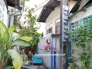 03937, บ้านเดี่ยวครึ่งไม้ครึ่งปูนยกสูง 1 ชั้น หลังริม โครงการ ชุมชนบางบัว หมู่บ้านอาทิตย์ เนื้อที่ 15.2 ตรว. มี 1 ห้องนอน 1 ห้องน้ำ ถนนพหลโยธิน เขตหลักสี่