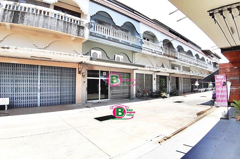 อาคารพาณิชย์ 2.5 ชั้น ซอยศาลเจ้าแม่ทับทิม ตลาดท่าเรือ เนื้อที่ 34.7 ตรว. มี 4 ห้องนอน 2 ห้องน้ำ ถนนแสงชูโต ท่ามะกา กาญจนบุรี