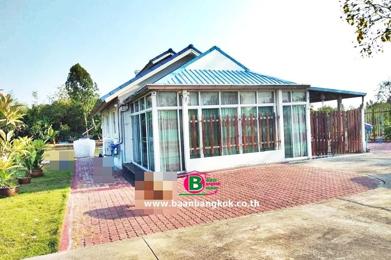 บ้านเดี่ยว 1 ชั้น โครงการ ทหารผ่านศึกหมู่บ้านนักรบไทย เนื้อที่ 2-1-27 ไร่ หลังมุม มี 3 ห้องนอน 2 ห้องน้ำ ถนนทางหลวงแผ่นดินหมายเลข 9 บางไทร อยุธยา