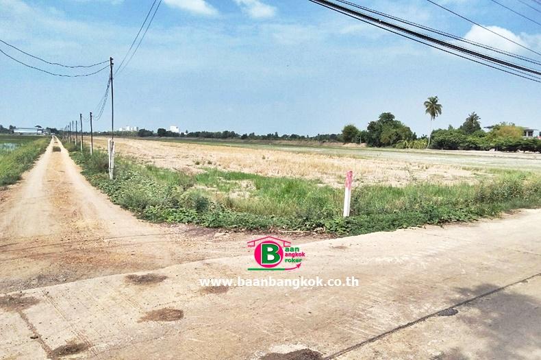ที่ดินเปล่า อยู่ติดกับคลองระแหง เนื้อที่ 15 ไร่ 3 งาน 32 ตรว. ถนนทางหลวงแผ่นดินหมายเลข 346 ลาดหลุมแก้ว ปทุมธานี