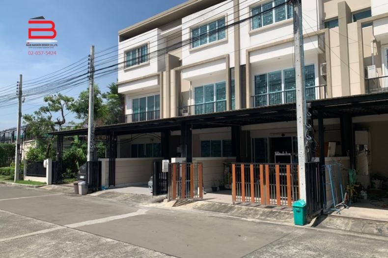 ทาวน์โฮม 3 ชั้น โครงการ ลุมพินี ทาวน์ เพลส สุขุมวิท 62 เนื้อที่ 24.5 ตรว. มี 4 ห้องนอน 3 ห้องน้ำ ถนนสุขุมวิท เขตพระโขนง