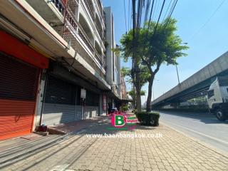 03916, อาคารพาณิชย์สองห้องตีทะลุกัน สูง 3.5 ชั้น สุขสวัสดิ์ ซอย 13,15 เนื้อที่ 60 ตรว. มี 4 ห้องนอน 4 ห้องน้ำ ถนนพระราม 2 เขตราษฎร์บูรณะ